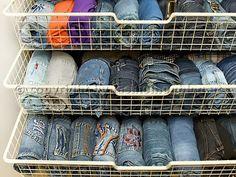 Wenn du die Jeans rollst, hast du viel bessere Übersicht und sparst dabei Platz im Kleiderschrank