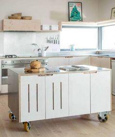 Origineel idee om een mobiel keukenblok te maken. Mooie lichte kleuren.