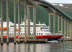 "Hurtigruten ""MS Nordkapp"" under Tromsøbrua | par Per Ivar Somby"
