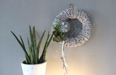 TK23 – Wand oder Türkranz! Weiß gekalkter Rebenkranz, dekoriert mit einer Blüte aus Metall, einem kleinem Rebenkranz, künstlichen Sukkuleneten und Filzbändern! Preis 44,90€ Durchmesser 40cm
