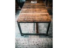Deze prachtige eettafel van Ombre Design is exclusief en ambachtelijk gemaakt van oude steenschotten uit een steenfabriek | Ombre Design | Eettafel