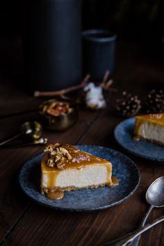 Banánový cheesecake so slaným karamelom | The Story of a Cake Make Ahead Desserts, Desserts For A Crowd, Delicious Desserts, Dessert Recipes, Mini Cakes, Cupcake Cakes, Easy Homemade Cookies, Dark Food Photography, Banana Cheesecake
