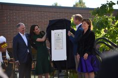 The Duke and Duchess unveil a plaque commemorating a new Indigenous art installation at #UBC Okanagan by artist Les Louis. #RoyalVisitCanada
