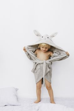 Liewood Dressing Gown / Bathrobe Rabbit Dumbo Grey - Scandiborn USA - Nuri à la mode - Kinder web Baby Boy Fashion, Kids Fashion, Organic Baby, Organic Cotton, Kids Graphic Design, Baby Accessoires, Flat Sketches, Dressing, Kids Bath