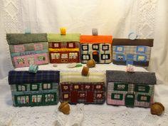 Village miniature en patchwork de tissus brodés