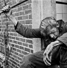 Stephan Vanfleteren, Theofiel, Pajottenland, 2004 In de hele serie van 'Theofiel' zie je aan zijn silhouet hoe getekend hij is door het harde werken en uit zijn hele voorkomen spreekt een soort droevigheid uit.