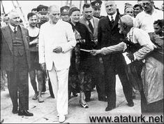 ✿ ❤ Atatürk, Kılıç Ali, Salih Bozok ve Afet İnan'la Florya'da inşaatta inceleme yaparken bir vatandaş dileğini iletiyor. (4 Temmuz 1935)