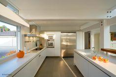 Moderne Küche mit Arbeitsflächen au weißem Mineralwerkstoff Corian von DuPont | © Huf Haus