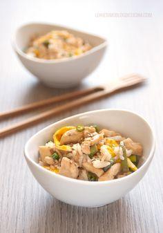 Un riso saltato di ispirazione cinese, con il sapore intenso del cipollotto, il tocco croccante dei semi di sesamo e la nota sapida della salsa di soia.