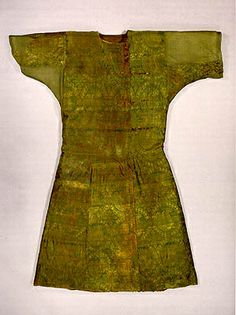 "This silk caftan is made of material similar to the fragmentswith a senmurv in a pearl roundel such as the ""Suaire de Saint Leu"" (or Len) in Paris and the V&A, London ."