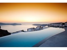 The Grace Santorini infinity pool and sunset. Santorini, Pool Designs, Mondo, Travel Inspiration, Pools, Paradise, Beautiful Places, Sunsets, Hotels