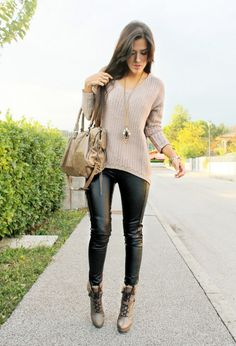 Black Leather Pants, Suitable Sweater, Boats and Bag ~ 60 Great Winter Outfits On The Street - Style Estate - Mode Outfits, Casual Outfits, Fashion Outfits, Womens Fashion, Tomboy Outfits, Petite Fashion, Curvy Fashion, Casual Wear, Pastel Outfit