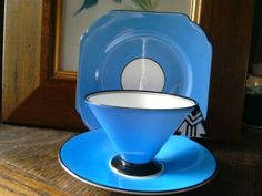 CLASSIC-SHELLEY-ART-DECO-TRIO-BLUE-CHEVRON-HANDLE-ON-VOGUE-SHAPE