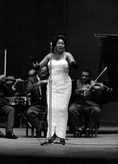 """Paulina Álvarez fue una destacada intérprete de los ritmos cubanos, directora de su propia orquesta. Fue llamada """"La Emperatriz del Danzonete""""."""