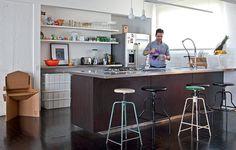 Na cozinha, nada causa mais efeito do que uma ilha. Além de prática, a estrutura dá ares de espaço gourmet, como na casa do arquiteto Mauricio Arruda