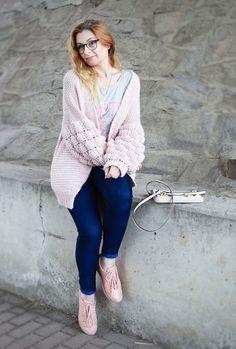 Karl Lagerfeld Handtasche und rosa Strickjacke mit Pompom Ärmeln / Outfit /  #handbag #rose #rosa #skinnyjeans #sneaker #handtasche