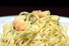 Le linguine con crema di asparagi e gamberetti sono un primo piatto a dir poco sfizioso e particolare. Ecco la ricetta ed alcuni consigli