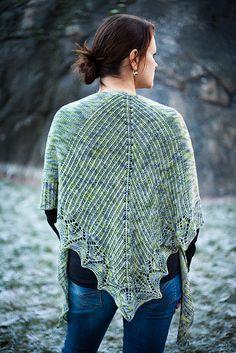 Havina. Sjal med flotte strukturer på ryggen og en dekorativ bladkant.