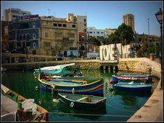 Sliema Bay, Malta - Sliema en Malta es un balneario turístico famoso por su paseo marítimo, tiendas ... a la izquierda, hay un camino hacia St. Julians, Paceville y la bahía de San Jorge.
