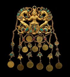 Inlaid gold pendant from Tillya Tepe, century AD. National Museum of Afghanistan © Thierry Ollivier / Musée Guimet bee-like lily flowers and dragonlike seahorses Art Antique, Antique Jewelry, Vintage Jewelry, Potnia Theron, Dragons, Hidden Treasures, Ancient Jewelry, Ancient Artifacts, Tribal Jewelry