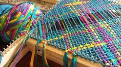 Algodón telar cuadrado Types Of Weaving, Textiles, Weaving Patterns, Fabric Ribbon, Loom Weaving, Pebble Art, Loom Knitting, String Art, Woven Rug