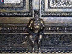 Detalle de uno de los faunos del artesonado del salón renacimiento del palacio Bauer, actual aula Lola Rodríguez de Aragón de la Escuela Superior de Canto de Madrid.