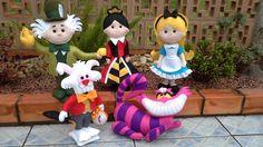 Kit com 05 personagens do filme Alice no País das Maravilhas, confeccionados em feltro com enchimento de fibra siliconada. <br>O Gato Cheshire fica em pé sozinho e os demais tem base e estrutura para que fiquem em pé. <br>Tamanho: <br>Alice: 37 x 19 cm <br>Chapeleiro Maluco: 41 x 34 cm <br>Rainha: 37 x 19 cm <br>Gato Cheshire: 27 x 35cm <br>Coelho: 31 x 22 cm <br>Para outro tamanhos e personagens solicite orçamento.