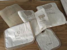 Esponjoso juego de toallas para tu bebé con babitas, mantita de bebé y babero personalizado. Eliges el tuyo como quieras