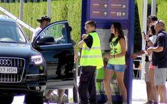 Neymar salta do carro e atende a fãs na saída do CT do Barcelona (Foto: Claudia Garcia)29/07/2013.