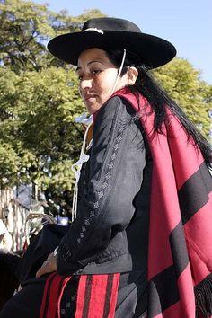 Reencuentro Gaucho en Salto, Uruguay, para el día de la Virgen del Perpetuo Socorro (Nuestra Señora del Perpetuo Socorro). Gaucho es un término comúnmente utilizado para describir a los habitantes de las pampas de América del Sur, chacos o pastizales patagónicos. El gaucho juega un papel simbólico importante en los sentimientos nacionalistas de esta región, en especial la de Argentina y Uruguay.