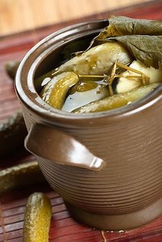 Homemade Pickles in Crock. info on fermenting. Fermentation Recipes, Canning Recipes, Raw Food Recipes, Healthy Recipes, Probiotic Foods, Fermented Foods, Lacto Fermented Pickles, Canned Food Storage, Homemade Pickles