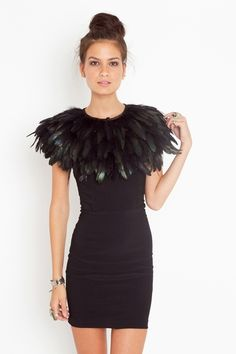 Black Dress with Ostrich Feather Collar Passion For Fashion, Love Fashion, Womens Fashion, Fashion Design, Faux Col, Looks Style, My Style, Feather Fashion, Diy Schmuck
