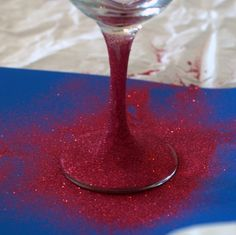 Ideas for the House Glittered wine glasses have been popping up all over lately. Learn how to make glitter wine glasses with this simple and easy tutorial. Great for brides Glitter Wine Glasses, Diy Wine Glasses, Decorated Wine Glasses, Hand Painted Wine Glasses, Glitter Bottles, Gin Glasses, Painted Wine Bottles, Champagne Glasses, Glitter Projects