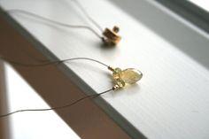 He encontrado este interesante anuncio de Etsy en https://www.etsy.com/es/listing/214711229/delicate-droplet-gemstone-necklace