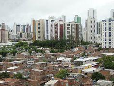 Sobre diferenças sociais: favela Entra A Pulso no bairro de Boa Viagem (11/03/2014) #favela #buildings #socialproblems #Recife