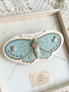 shinyfabulousdarling: Gorgeous handmade white moth brooch by zoomy on Etsy Textile Jewelry, Fabric Jewelry, Textile Art, Etsy Jewelry, Jewellery, Fabric Brooch, Felt Brooch, Fabric Art, Fabric Crafts