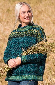 Hillesvåg, EIR vid grafisk genser i Tinde Nordic Sweater, Cozy Sweaters, Knitting Charts, Knitting Patterns, Norwegian Knitting, Knit Art, Fair Isles, Big Knits, Fair Isle Knitting
