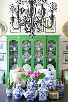 Blue and White Chinoiserie - I like the pop of color and liveliness of mixing traditional with bright color. Urban Deco, Decor Scandinavian, Blue And White China, Green China, Traditional Decor, White Decor, Home Interior, Kitchen Interior, Interiores Design