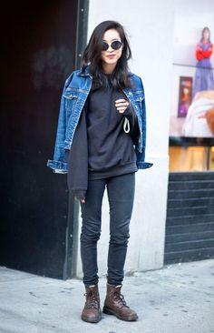 Street style look com moletom, calça preta e coturno marrom.