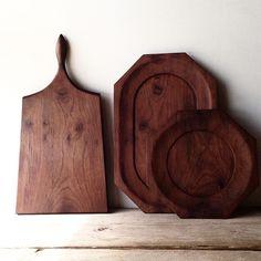 I made cutting board and a plate with wood of Inbuia…ordered by @maggydaisy  @maggydaisy さんのオーダーで、カッティングボードと、横長8角形のプレートを製作しました。インブイアの木は、ウォールナットと、色みが、似てるのですが、木目が、和風な印象と アンティークにありそうな木目…が いいなと思います。正8角形のプレートに比べて、わりと大きいので、色々と 使えればいいなと思います✨(正8角形は私物です)