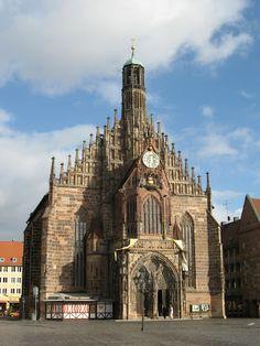 """Iglesia de Nuestra Señora (Núremberg). Es un magnífico ejemplo de gótico báltico o gótico de ladrillo que se construyó por iniciativa del emperador del Sacro Imperio Romano Carlos IV, entre los años 1350 y 1358. La iglesia contiene muchas esculturas, algunas de ellas muy restauradas. Una de las elementos más notables de la iglesia es el """"Männleinlaufen"""", un reloj mecánico construido para conmemorar la Bula de Oro de 1356."""