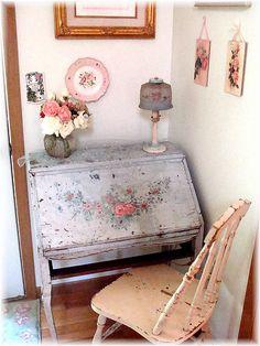 What an elegantly lovely, wonderfully floral pattern adorned vintage writing desk. Cottage Shabby Chic, Shabby Chic Vintage, Estilo Shabby Chic, Vintage Lamps, Shabby Chic Homes, Shabby Chic Style, Shabby Chic Decor, Vintage Decor, Vintage Floral