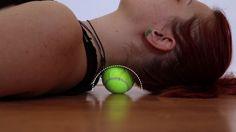 Sulla scrivania, sul treno o sul divano: la maggior parte del tempo, durante la nostra vita quotidiana, lo trascorriamo seduti. Disturbi come mal di collo e mal di schiena sono all'ordine del giorno, tanto che ormai quasi ci conviviamo. Ma gli esercizi che vi proponiamo oggi vi permetteranno di alleviare i dolori articolari e della muscolatura – come fare? Procuratevi due palle da tennis e un posticino tranquillo e pulito dove potervi sdraiare. 1. Schiena Per alleviare i dolori alla schiena…