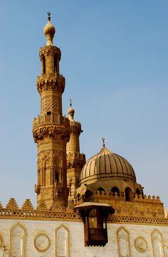 La mezquita de al-Azhar en El Cairo, Egipto fundada en la época fatimí, los años 970-972. Desde que se fundo sirvió como lugar para aprender, actualmente debido a los espacios es utilizada como centro religioso.