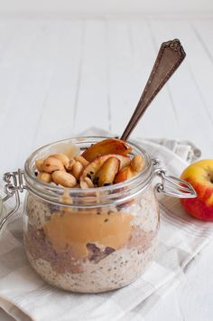 Prepare your oats in the evening and put them in the fridge overnight. Peanut butter overnight oats are a protein packed delicious breakfast. Healthy Treats, Healthy Recipes, Healthy Foods, Peanut Butter Overnight Oats, Just Eat It, Ketogenic Recipes, Food Cravings, I Love Food, Food And Drink