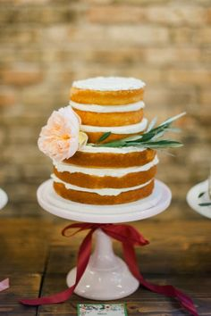 Sweet mini naked wedding cake via Melissa Oholendt | Deer Pearl Flowers