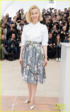 robert pattinson joins julianne moore mia wasikowska at cannes maps to the stars photo call 01 Robert Pattinson is adorable as he flashes a smile while attending a photo call for his upcoming film Maps to the Stars during the 2014 Cannes Film Festival on Monday…