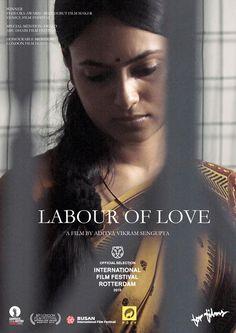 《平行戀人》(Labour Of Love)(2015):::June 27,2015:::沒有寶萊塢式的華麗歌舞,沒有張力十足的戲劇表演,而是從頭至尾毫無對白,鏡頭別緻唯美,這是一部優雅沈穩、難得少見的印度電影。時空背景是印度經濟蕭條,勞工面臨困境,罷工聲浪盛大..故事從一對男女的日常開展,女子穿過巷弄搭車,前往皮包製廠忙碌工作;男子則悠閒做家務,洗澡,飽足一番睡午覺;鬧鐘響起,生活大不同的男女像是互換了模式,男子騎著單車出門,女子則結束工作,原來是對雙薪夫妻,丈夫在報紙印刷廠值著夜班,盯著機器上著油墨,妻子返家熟練地收起整理丈夫晾的衣服,梳洗夜寢,到了清晨時分,收工撥電話給妻子Morning…