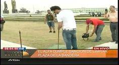 """Captado En Vídeo El Artista Urbano """"El Alfa"""" Recogiendo Basura En La Plaza De Las Banderas #Video"""