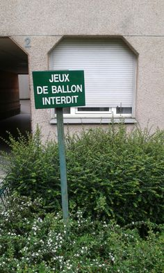 Qui veut jouer au ballon interdit? (Vu à Paris 12e)